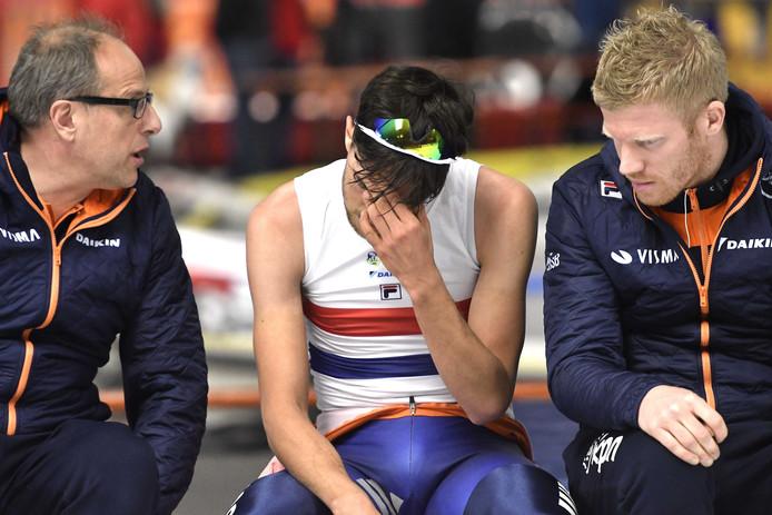 Coaches Jac Orie (L) en Ben Jongejan in gesprek met de zwaar gedesillusioneerde en oververmoeide Patrick Roest na de 10.000 meter. Roest werd tweede na Jorrit Bergsma.