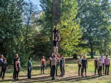 Bomen in het park zijn speeltuin voor acrobaten. Cityhack in het Leijpark