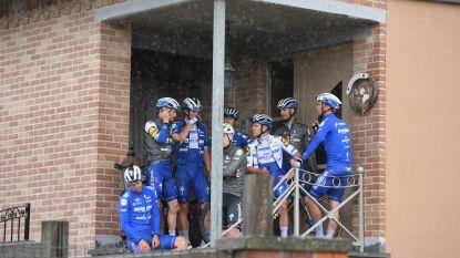 Trainingskamp in de regen: renners Deceuninck-Quick.Step moeten schuilen voor plotse onweersbui in Vlaamse Ardennen