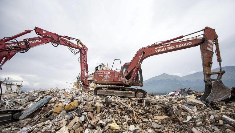 Reddingsteams op zoek naar lichamen en overlevenden in Amatrice. Beeld epa