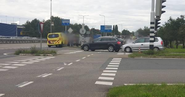 Autos in botsing op afrit A1 bij Hengelo, verkeer wordt omgeleid.