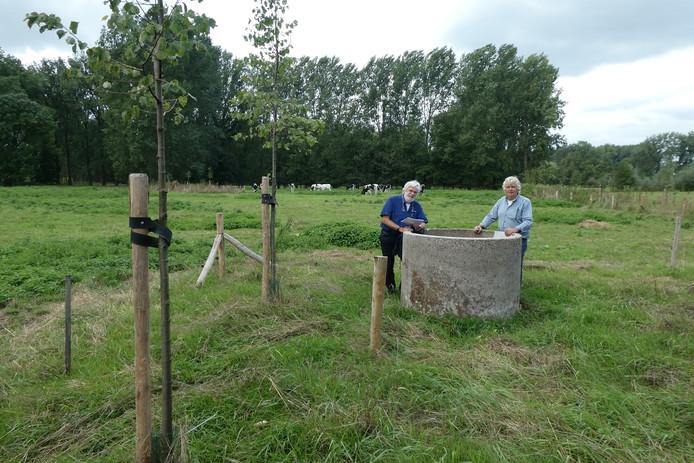 Ad de Kort en Karel Voets bij de teruggebouwde waterput van hoeve 't Coot in Liempde.