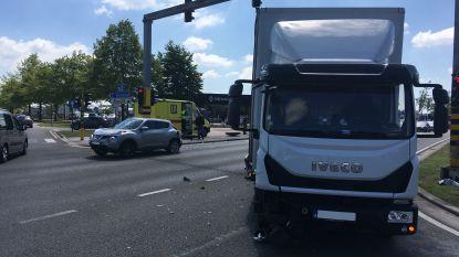 Auto en vrachtwagen botsen op grote ring