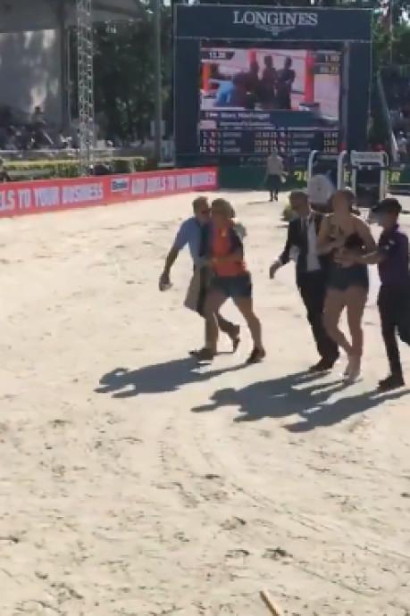 Dierenactivisten verstoren rit van Marc Houtzager uit Rouveen op EK paardensport
