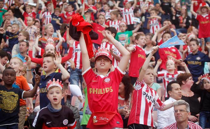 Kinderen op de jaarlijkse fandag van PSV.