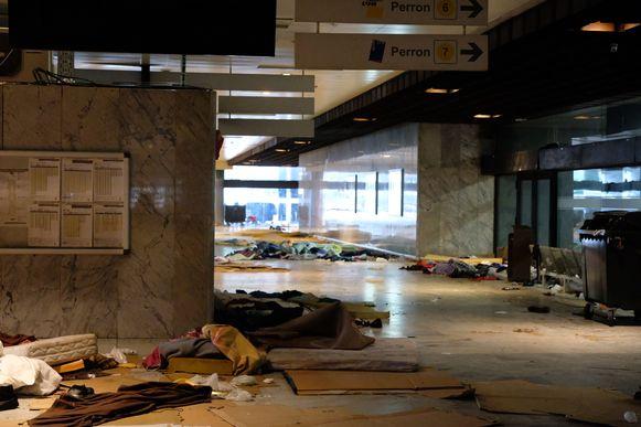 De plek waar tot vannacht honderden transmigranten sliepen, ligt er vanmorgen verlaten bij.