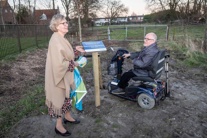 Voorafgaand aan iedere bewonersavond werd een 'toekomstboom' geplant. Op de foto onthullen waarnemend burgemeester Letty Demmers en Arie Groeneveld (voorzitter van de dorpsraad Wissenkerke) het begeleidende tekstbordje bij de boom in Wissenkerke.