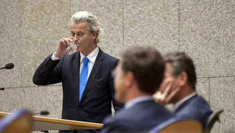 Demissionair premier Mark Rutte en demissionair minister Maxime Verhagen (midden) luisteren naar PVV-fractievoorzitter Geert Wilders (links) tijdens het debat in de Tweede Kamer over de val van het kabinet. Beeld ANP