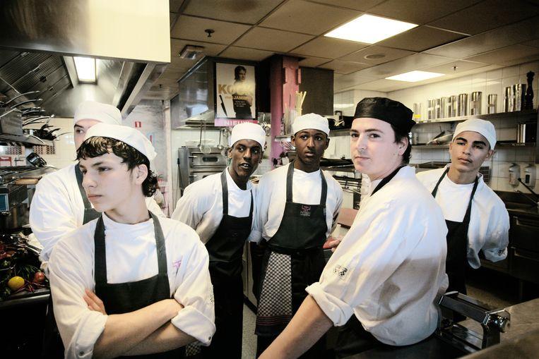 Personeel van restaurant Fifteen in Amsterdam, enige tijd na opening door Jamie Oliver zelf. Dit restaurant - dat jongeren kansen moest geven - ging al in 2016 failliet.  Beeld Bart Muhl