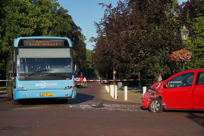 Zowel de auto als de bus raakten flink beschadigd.
