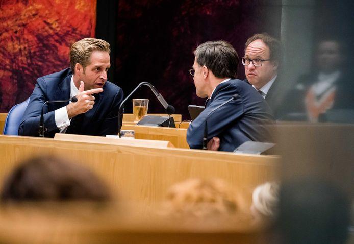 Zorgminister Hugo de Jonge in gesprek met premier Mark Rutte.