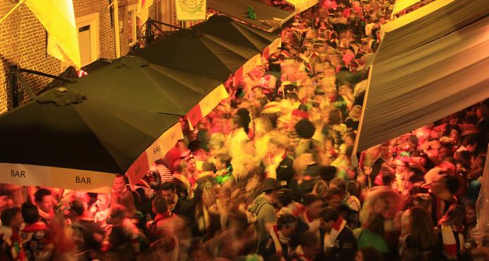 Verscheidene stadia van drukheid in de korte Putstraat tijdens carnaval in 2016. De beelden komen uit een Time Lapse van 36 uur carnaval in de straat.
