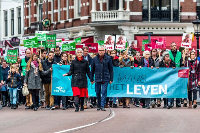 Kees van Helden van Schreeuw om Leven gaat samen met zijn vrouw voorop in de stille mars door Utrecht.