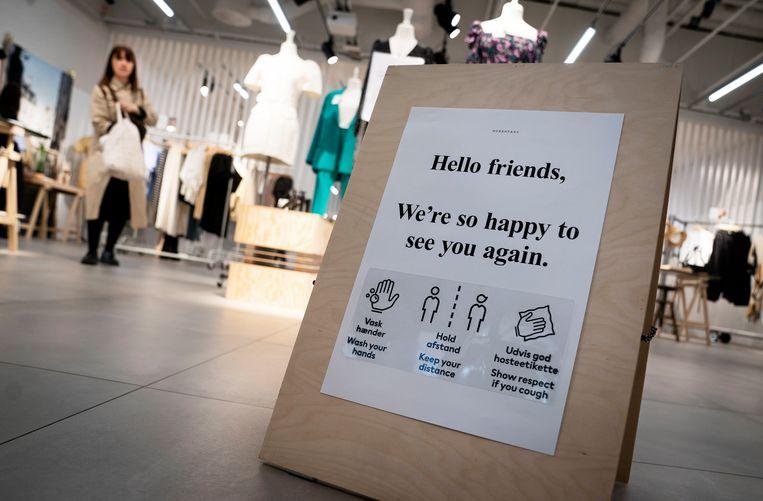 Een winkel in Kopenhagen bereid zich voor op de versoepeling van de lockdown. Beeld Liselotte Sabroe/EPA