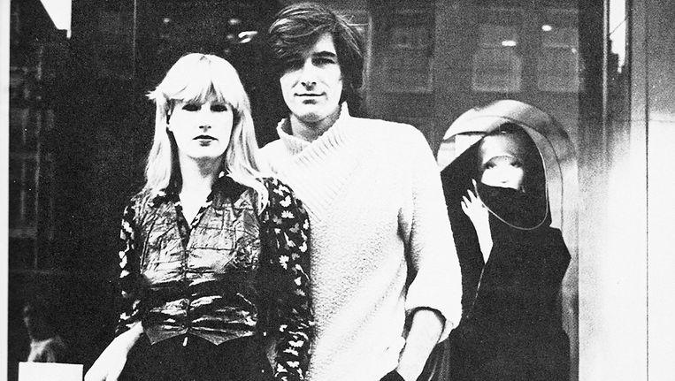 Puck en Hans voor hun winkel aan het Rokin, 1974 Beeld Anna Beeke