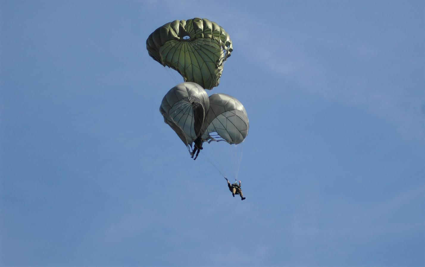 Twee parachutisten komen in de lucht met elkaar in botsing bij een landing boven de Renkumse Heide.