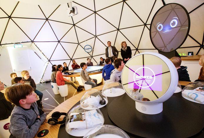 Leerlingen van basisschool De Globetrotters uit Katendrecht voeren proefjes uit van het Generation Discover programma.
