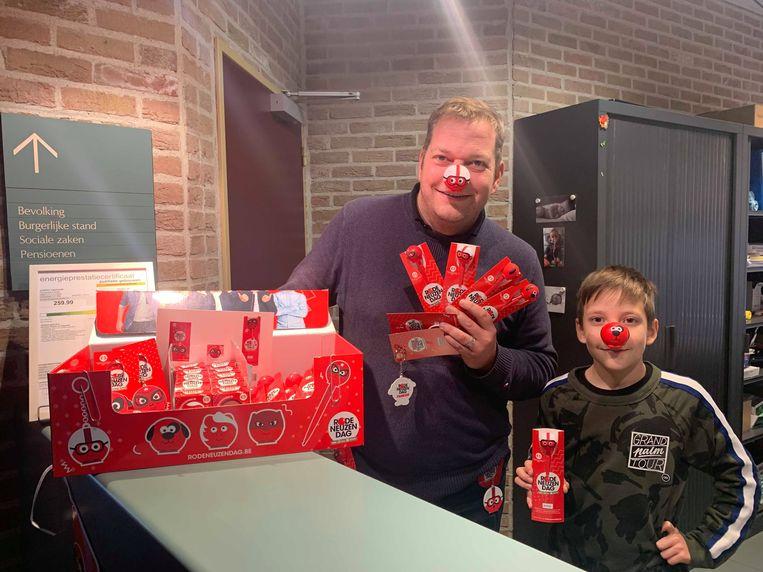 """Aan de balie van het gemeentehuis, De Wattenfabriek en Sportpark De Steenoven verkopen we ook de officiële Rode Neuzen Dag goodies"""", geeft schepen Rogiers nog mee."""