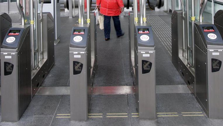 Ook volwassenen kunnen met een kinderkaartje de poortjes van de metro openen Beeld anp