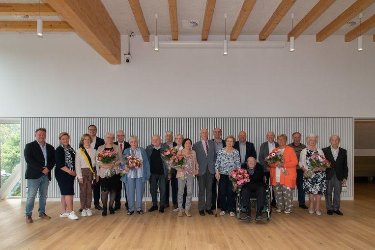 Jubilarissen samen met leden van het schepencollege en gemeentebestuur op de foto.