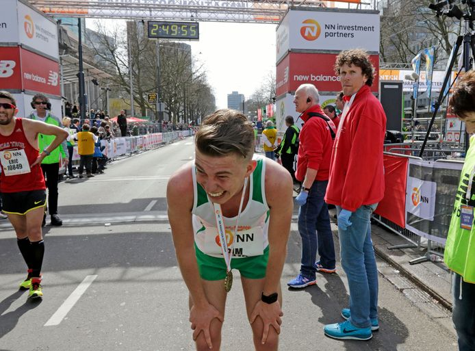 Pim Bijl komt over de finish bij de Rotterdam Marathon.