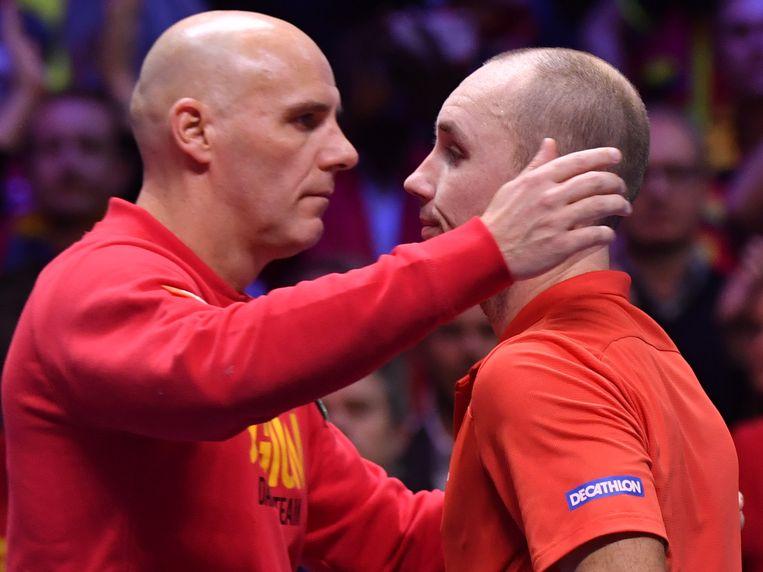 Johan Van Herck troost Darcis na de verloren Davis Cup-finale in Frankrijk vorig jaar.