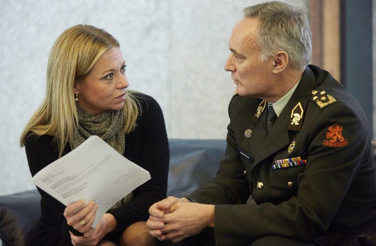 Minister Jeanine Hennis van Defensie in de Tweede Kamer in gesprek met commandant der strijdkrachten Tom Middendorp. Beeld null