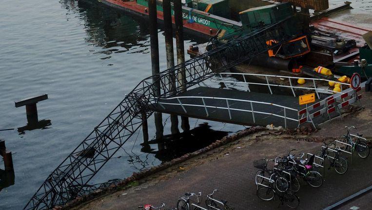 De kraan kwam terecht op de loopbrug die voorheen bij Sea Palace hoorde. Beeld Mark Vos