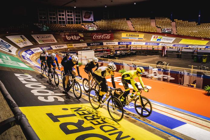 De renners bereiden zich voor op de zesdaagse van Gent.'t Kuipke is klaar, alleen de grote lichten moeten nog aan.
