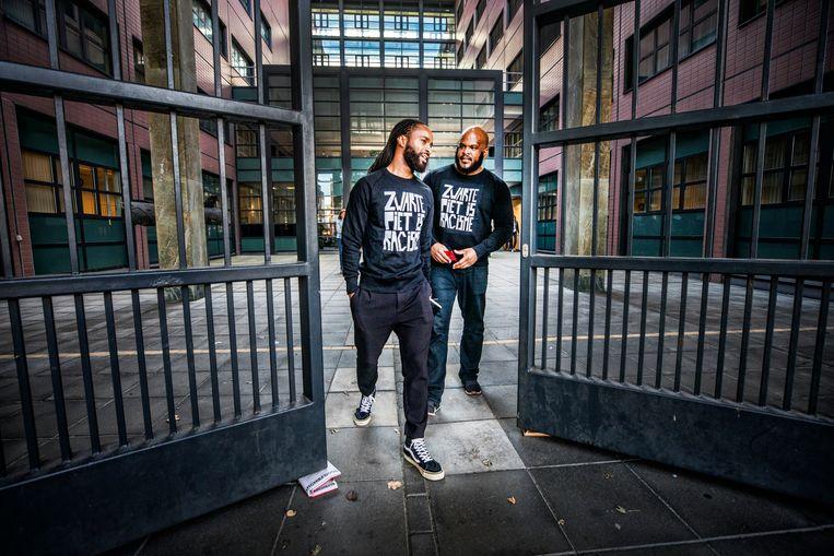 Twee anti-Zwarte Piet-betogers zijn geweigerd bij de rechtbank vanwege de tekst op hun t-shirt. Later zijn zij toch binnengekomen met hun jas aan. Beeld null