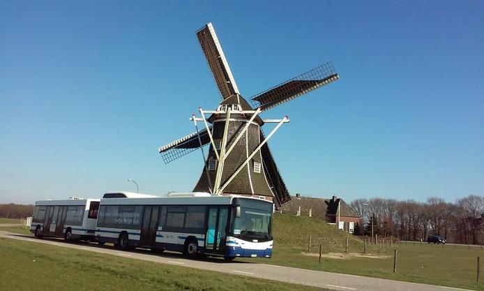Een Arriva-bus met aanhanger bij molen Hermien in Harreveld.