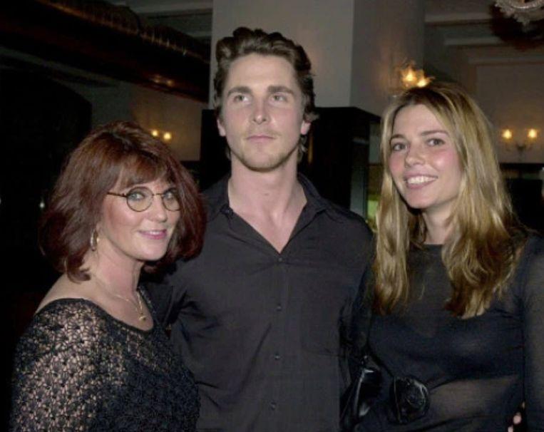 Christian Bale legt vete met zijn moeder bij.