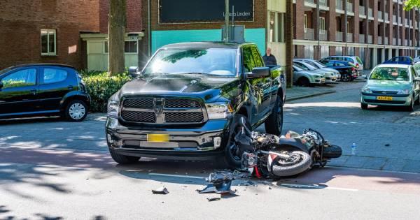 Motorrijder gewond na aanrijding met pick-up in Tilburg.