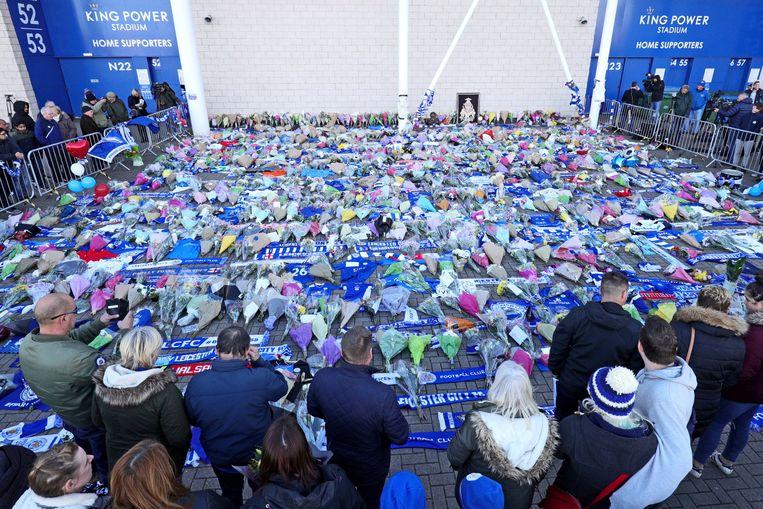 Bloemen bij het stadion van Leicester City.  Beeld null