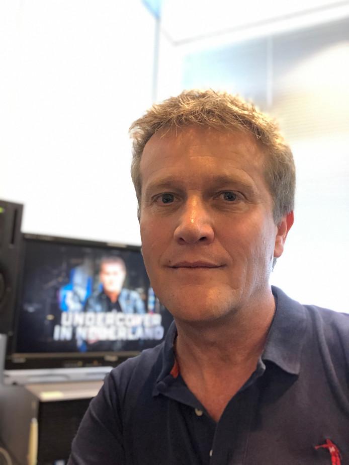 Alberto Stegeman op de redactie van zijn bedrijf Noordkaap TV.
