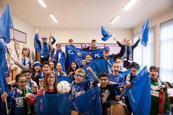 De hele klas van juf Chantal, die lesgeeft aan de lagere school De Schom in Genk, is zeker dat KRC zal winnen en viert nu al feest.