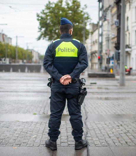 Dealer slaat op de vlucht maar botst tegen politiewagen
