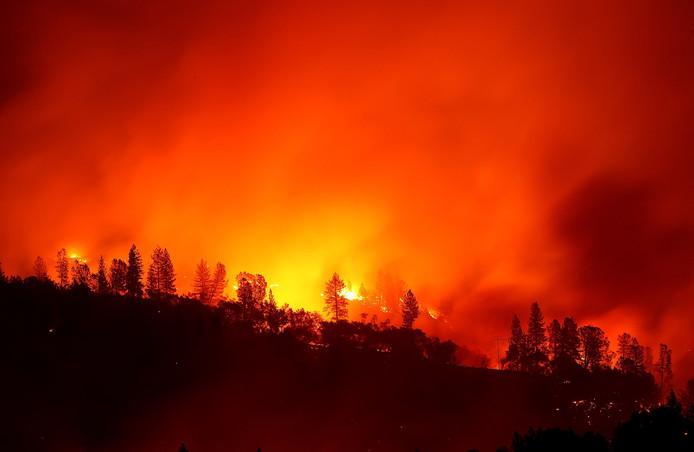 Camp Fire raast, aangewakkerd door de wind, verder in Oroville, Californië.