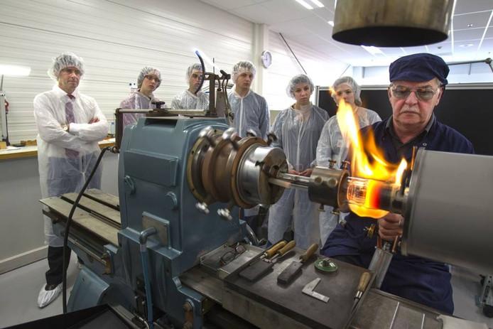 Een demonstratie van het koppelen van een Röntgenbuis aan een metalen voet. archieffoto René Manders