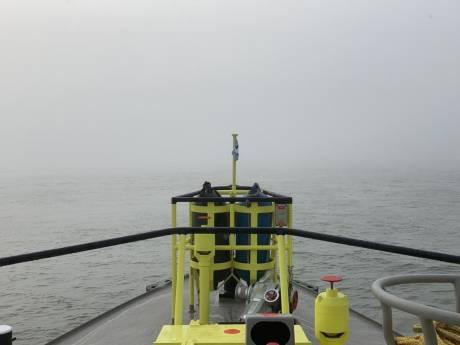Vissers in de mist van de vaargeul geplukt