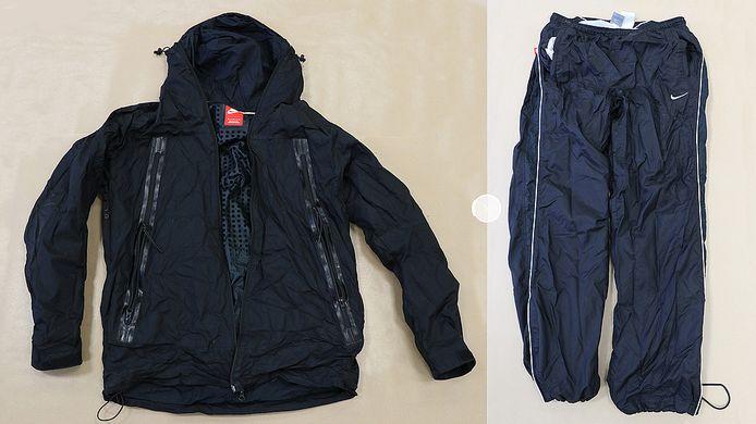Tijdens zijn vlucht liet de overvaller kledingstukken achter op de Gruttersdreef in Apeldoorn: een broek en een jack, allebei van het merk Nike.