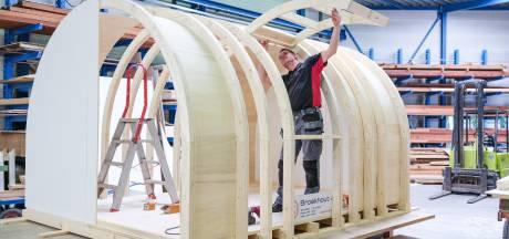 Timmerman Henk uit Aalten creëert replica 'geheime' grafkelder: 'binnen zijn straks de restanten van de doodskisten te zien'