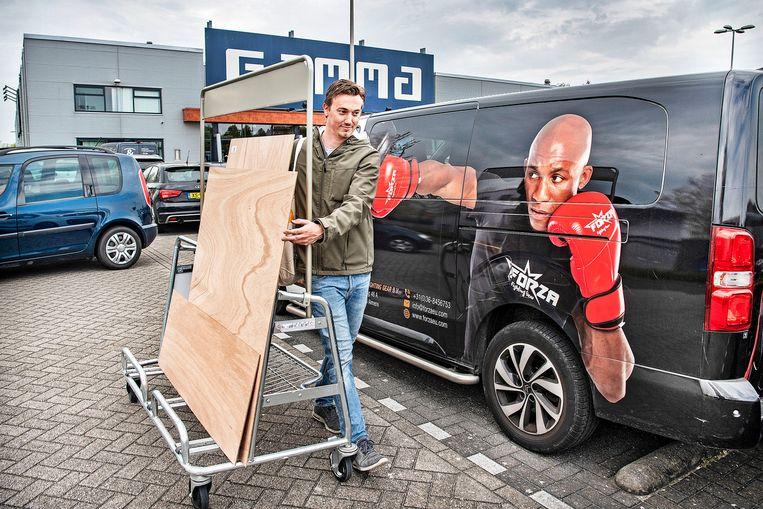 Roel Schoenmaker, die de doe-het-zelver in zichzelf heeft ontdekt, heeft spaanplaat gekocht om een ombouw te maken voor de airco die hij na een jaar alsnog gaat installeren. Beeld Guus Dubbelman / de Volkskrant