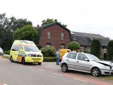 Auto belandt in tuin bij botsing in Oploo