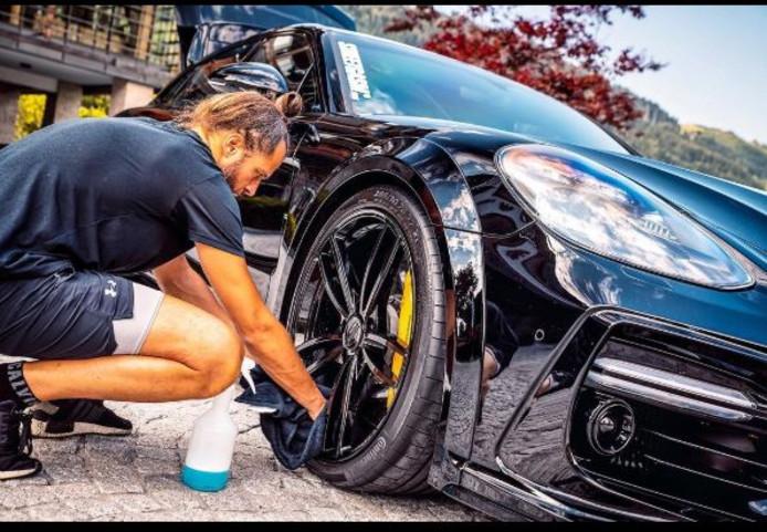 DJ La Fuente wast zijn auto.
