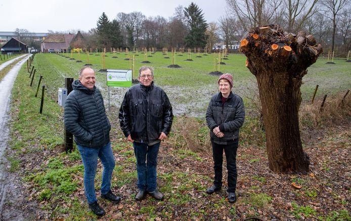 Jan en Ellis van de Broek (midden en rechts) zijn een notenplantage begonnen bij hun boerderij aan de Achterstraat. Jacob Haalstra (links) van adviesgroep de Nootsaeck adviseert ze hierbij.