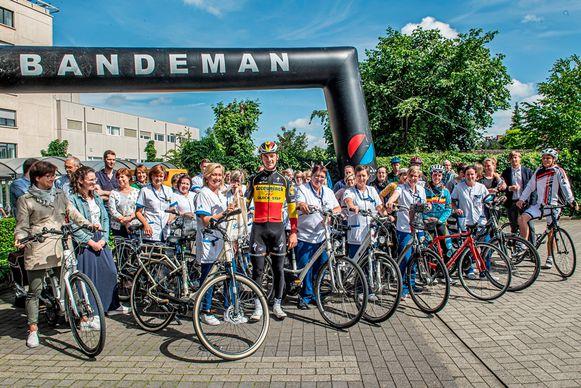 Yves Lampaert kwam de fiets promoten bij de medewerkers van het Sint-Andriesziekenhuis.