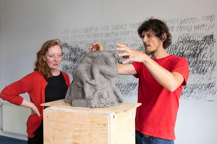 De Tjechische kunstenaar Petr Valer vertelt Anne-Marie van Meel over zijn werk, beide exposeren in Maison Publiek tijdens Cultuurfestival Bommelerwaard.