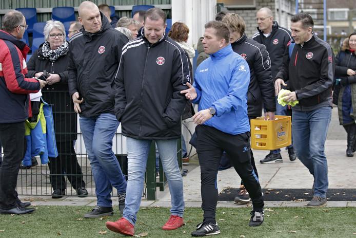 Mark Evers (links) in gesprek met Rijsoord-trainer Marco van Rijn (ex-Alphense Boys).