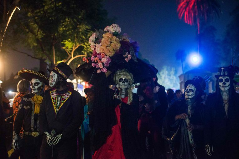 Mensen verkleed als the Catrina, de Mexicaanse traditionele voorstelling van de dood. Dia De Los Muertos is één van Mexico's traditionele feestdagen. (Photo by Agustin PAULLIER / AFP)